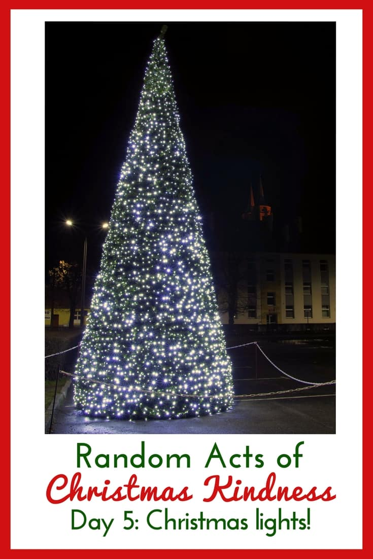 What a fun idea! I cannot wait to do this with my kids! Random Acts of Christmas Kindness: Go look at lights and give an award to your favorite decorated house! #RandomActsofKindness #FreeChristmasPrintable #Christmas #KeepChristInChristmas #Jesusisthereasonfortheseason